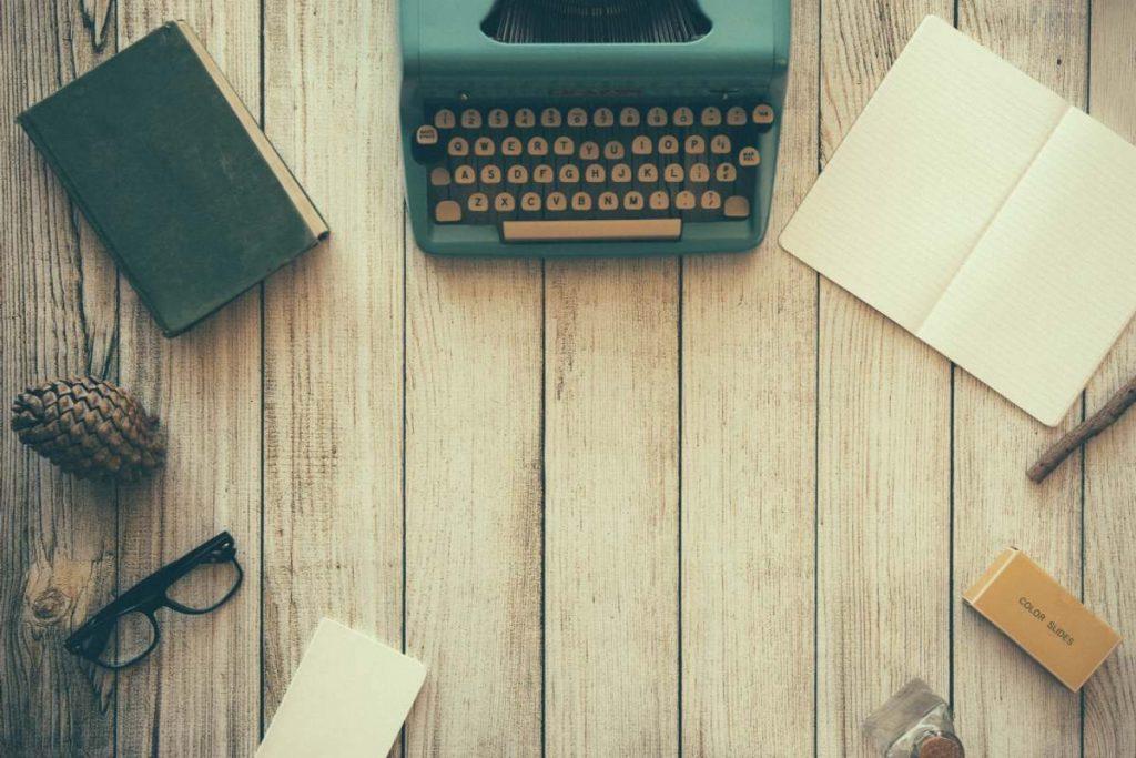 biurko z akcesoriami do pisania