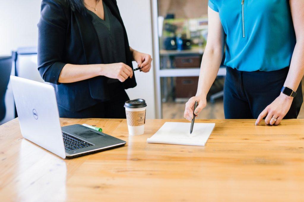 spotkanie kobiet w biurze