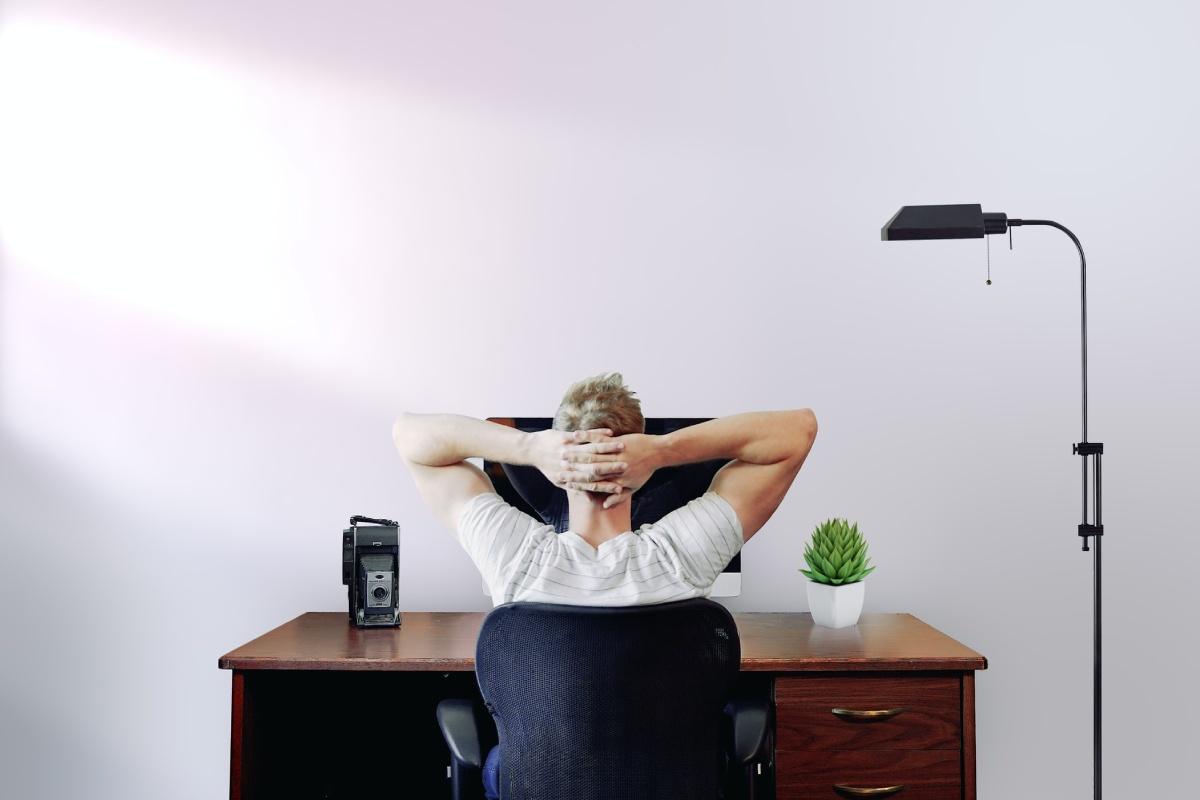 mezczyzna siedzi przed komputerem
